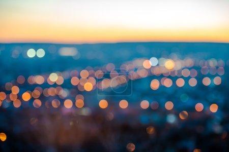Photo pour Ville lumières floues abstraites bokeh circulaire sur fond bleu avec horizon, gros plan - image libre de droit