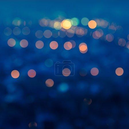 Photo pour Lumières flou de la ville de bokeh circulaire bleu abstrait avec horizon crépuscule, closeup - image libre de droit