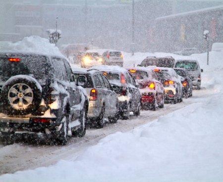Photo pour Blizzard sur la route. Photo prise 07. février 2013 en Slovaquie Europe ville Liptovsky Mikulas. De fortes chutes de neige ont paralysé la circulation pendant plusieurs heures . - image libre de droit