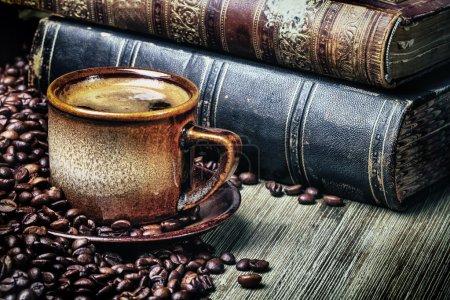 Photo pour Coffe, vieux livres et les grains de café dans un style rétro - image libre de droit