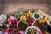 """Постер, картина, фотообои """"итальянские и средиземноморские пищевые ингредиенты на старом деревянном фоне."""""""