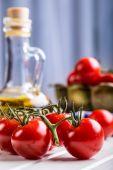 Rajčata. cherry rajčata. koktejlových rajčat. karafy čerstvých hroznů rajčata s olivovým olejem