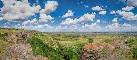 Photo pour Belle vue aérienne de la prairie canadienne au site du patrimoine mondial Head-Smashed-In Buffalo Jump dans le sud de l'Alberta par une journée ensoleillée avec ciel bleu et nuages en été, Canada - image libre de droit