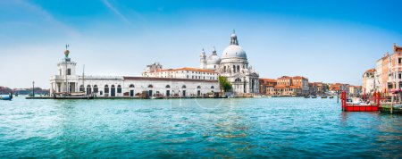 Photo pour Panoramic view of famous Canal Grande with Basilica di Santa Maria della Salute in the background, Venice, Italy. - image libre de droit