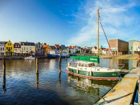 Photo pour Belle vue sur la vieille ville de Husum, la capitale du Nordfriesland et lieu de naissance de l'écrivain allemand Theodor Storm, en Schleswig-Holstein, Allemagne - image libre de droit