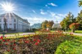 Krásný výhled na slavný městský s staré historické pevnosti hohensalzburg na pozadí v Salzburgu, Rakousko