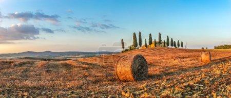Paysage de Tuscany avec maison de ferme au coucher du soleil, Val d'Orcia, Italie