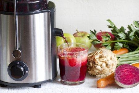 Photo pour Presse-agrumes et jus de fruits et légumes frais - image libre de droit