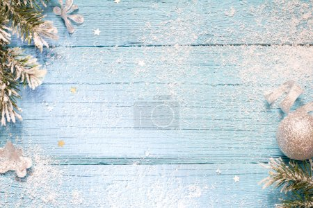 Photo pour Neige et sapin abstrait Noël bleu fond en bois - image libre de droit