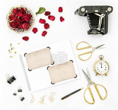 Photo pour Fond plat avec des fleurs de roses rouges, appareil photo vintage et cadres photo - image libre de droit