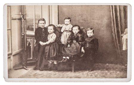 Photo pour BERLIN, ALLEMAGNE - CIRCA 1880 : vieille photo de famille avec cinq enfants. frères et sœurs. image vintage nostalgique de ca. 1880 avec grain de film original, flou et rayures - image libre de droit