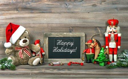 Photo pour Décoration de Noël avec des jouets anciens et tableau noir et échantillon de texte Joyeuses fêtes ! image tonique de style rétro - image libre de droit