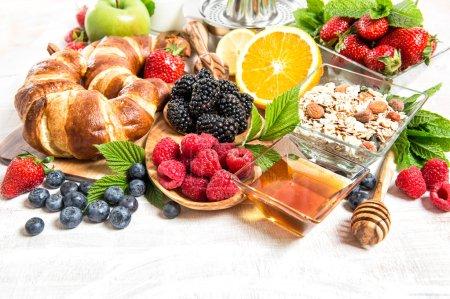 Photo pour Paramètre table de petit déjeuner avec croissants, muesli, fruits frais, fruits orange, pomme, lait. Alimentation saine - image libre de droit