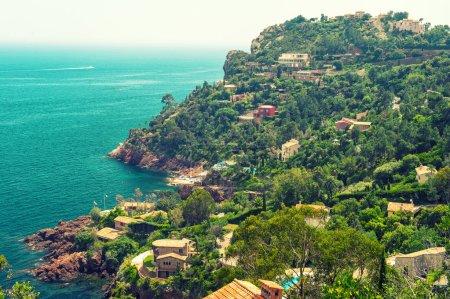 Photo pour Beau paysage méditerranéen, vue sur village et littoral, Côte d'Azur, France. Style vintage photo tonique - image libre de droit