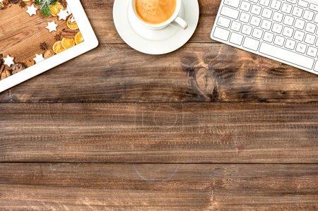 Photo pour Tablette numérique pc, clavier et tasse de café sur table en bois. Biscuits de Noël. Style vintage image tonique - image libre de droit