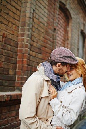 Photo pour Couple romantique en trench-coat embrassant l'extérieur - image libre de droit