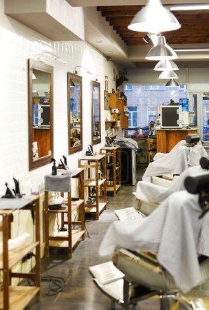 Photo pour Équipements professionnels, miroirs et sièges dans le salon de coiffure moderne - image libre de droit
