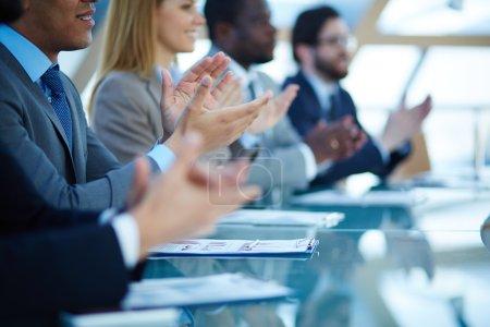 Photo pour Les gens d'affaires applaudissent après le discours de leur collègue - image libre de droit