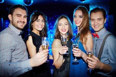 Photo pour Groupe d'amis avec des verres de champagne regardant la caméra - image libre de droit