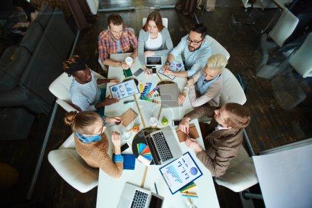 Photo pour Équipe de collègues communiquant lors d'une réunion au bureau - image libre de droit
