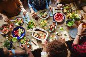 Lidé jíst večeři