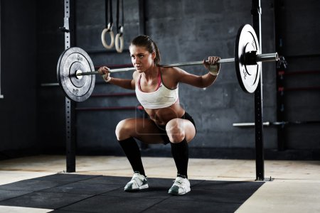 woman lifting barbell