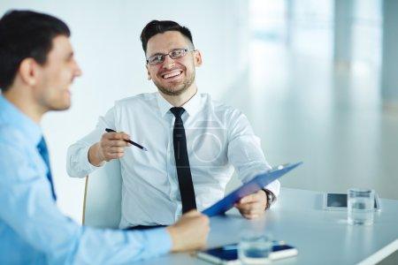 Photo pour Hommes d'affaires réussis discuter des données ou document - image libre de droit
