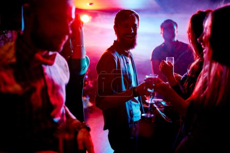 Photo pour Amis extatiques avec champagne, danser en boite de nuit - image libre de droit