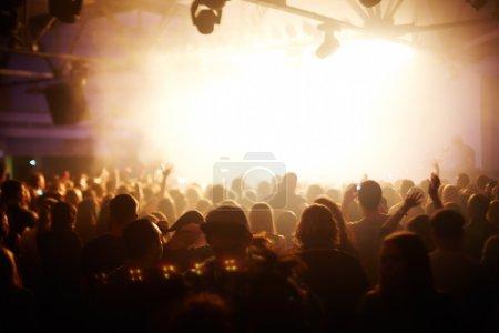 Photo pour Foule de fans en boite de nuit en concert - image libre de droit