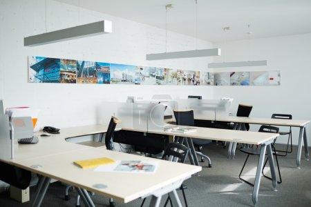 Photo pour Intérieur du bureau vide avec ordinateurs, bureaux et chaises - image libre de droit