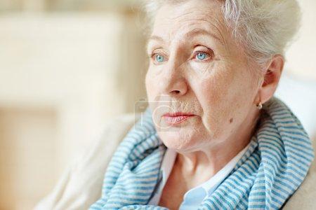 Photo pour Gros plan du visage d'une femme âgée regardant ailleurs - image libre de droit