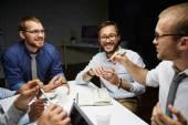 Manažeři diskutuje údaje