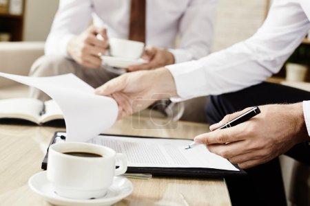 Photo pour Gros plan d'homme d'affaires, signer un contrat à la table - image libre de droit