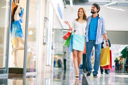 Photo pour Portrait de jeune couple faisant du shopping dans le centre commercial - image libre de droit