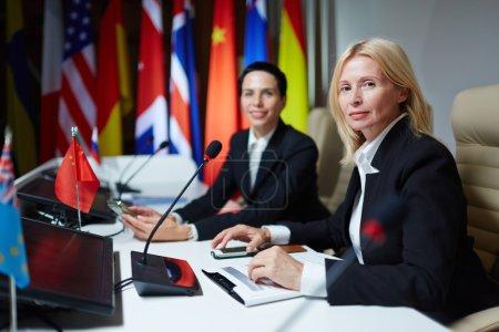 Photo pour Des politiciens confiants assistent au sommet du G8 - image libre de droit