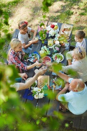 Photo pour Grande famille unie avec enfants et grands-parents barbecue savoureuse saine déjeunant à l'extérieur - image libre de droit