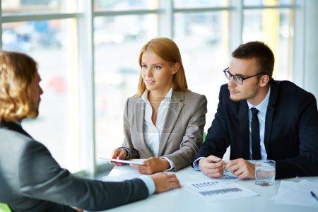 Geschäftspartner hören aufmerksam zu
