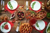 Ovocný nápoj a bobule na dřevěný stůl