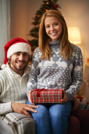Couple tenant le cadeau de Noël
