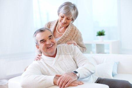 Photo pour Portrait d'un heureux couple de personnes âgées à la maison - image libre de droit