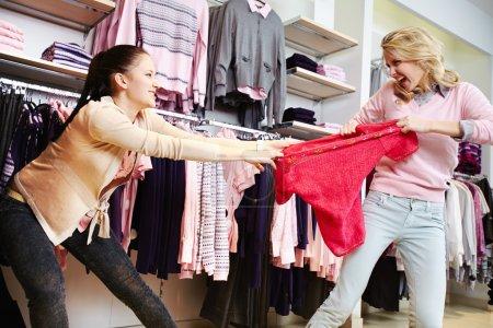 Photo pour Agressives filles se battant pour rouge tanXoin grand magasin - image libre de droit