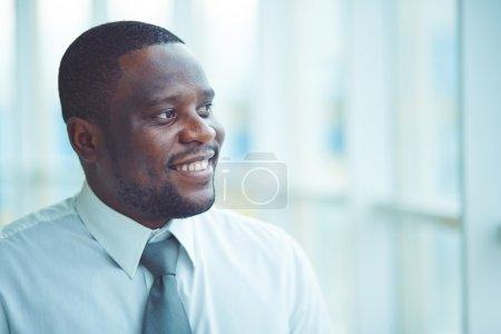 Photo pour Portrait d'un homme d'affaires regardant ailleurs dans le bureau - image libre de droit