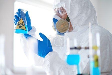 Scientifique dans l'ensemble de protection