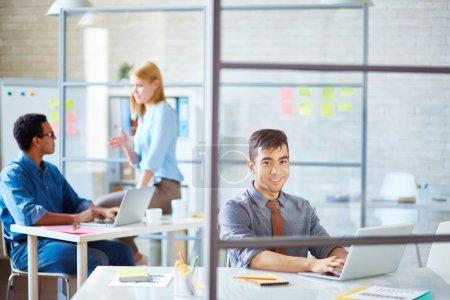 Foto de Empresarios de informática en el lugar de trabajo en el entorno laboral - Imagen libre de derechos