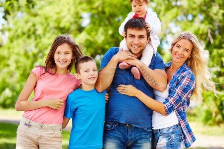 Photo pour Couple heureux et enfants passent le week-end dehors - image libre de droit