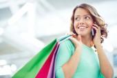 Žena s paperbags na telefonu