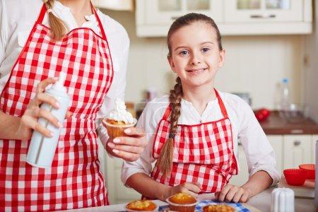 Mère et fille cuisine muffins