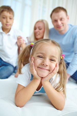 Photo pour Portrait de la petite fille avec sa famille en arrière-plan - image libre de droit