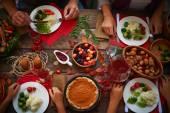 Sváteční stůl a lidé jíst