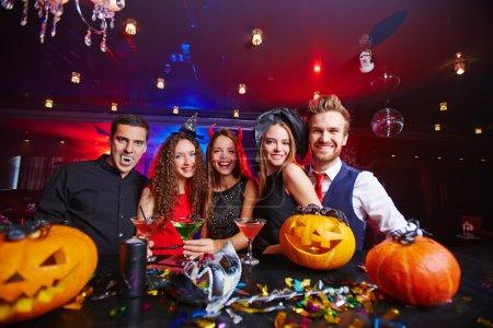 Photo pour Personnes déguisées célébrant Halloween en boîte de nuit - image libre de droit